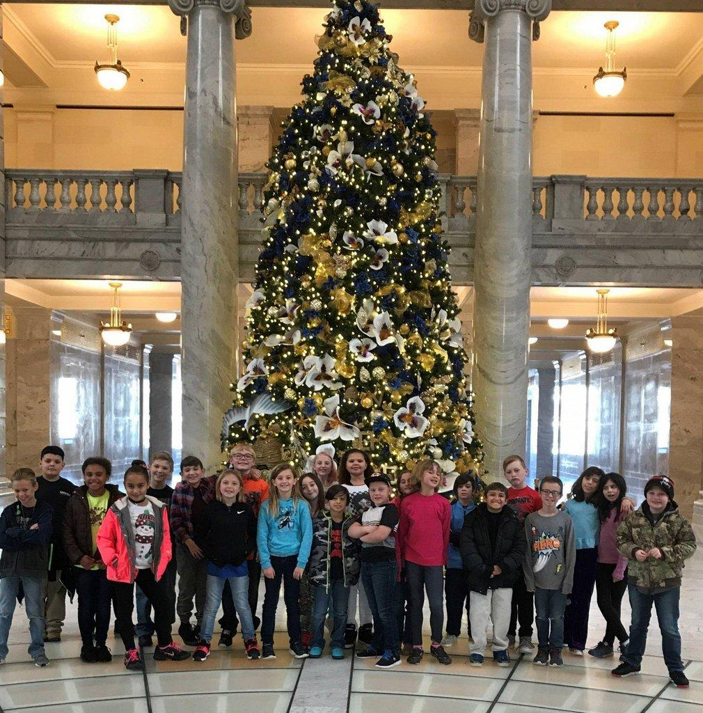 Sally-Mauro-students-at-the-Utah-State-Capitol..jpg